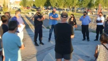 Discusión. Los vecinos conversan con los funcionarios en la plaza y plantean diferentes problemáticas.