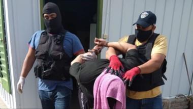 Personal de Investigaciones lleva arrestado al sujeto de 23 años, acusado de asaltos a viviendas.