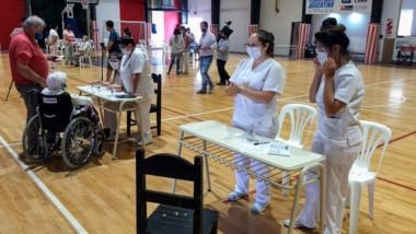 La vacunación para mayores de 70 dio inicio en Club Independiente.