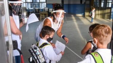 Protecciones. Los chicos llegaron con la DDJJ que les pidieron y sus maestras los recibieron con sonrisas.
