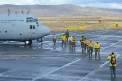 Los brigadistas descendiendo en el Aeropuerto de Esquel (Foto: Atilio Ortiz / Jornada)