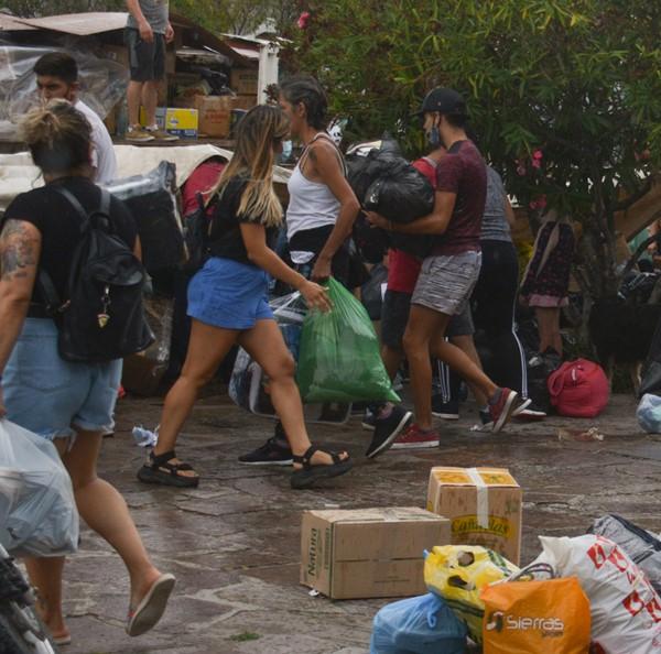 En Rawson, una gran cantidad de vecinos se acercaron para ayudar.