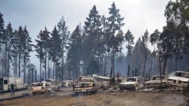 Coches quemados. Una de las tantas postales que dejó el fuego en la Comarca Andina, con daños materiales que tardará cuantificar.