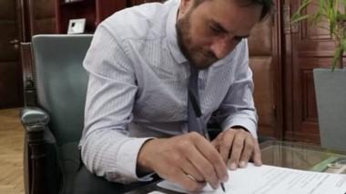 Cabandié firmando la denuncia penal por los incendios en Chubut.