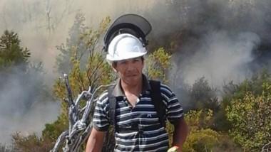 Fermín Poblete, en acción, durante la extinción de los incendios.