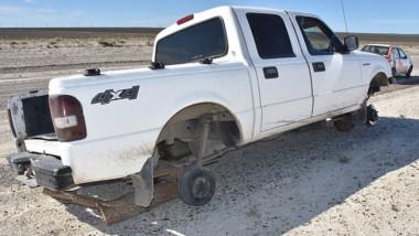 El vehículo apareció en la zona sur sin ruedas y con los vidrios rotos.