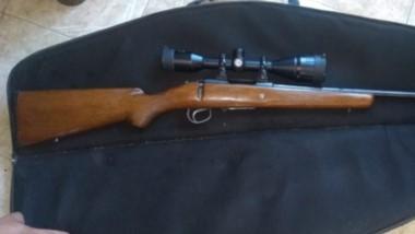 Llevaba un fusil Remington de grueso calibre con mira telescópica montada.