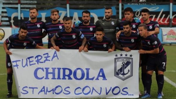 """El plantel de Brown posó con una bandera en apoyo al dirigente """"Chirola"""" Carrizo. (Foto: Prensa Brown de Adrogué)."""