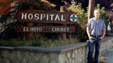 Salvado. Una postal de Sosa al frente del nosocomio que dirige, y que vivió una historia con final feliz.