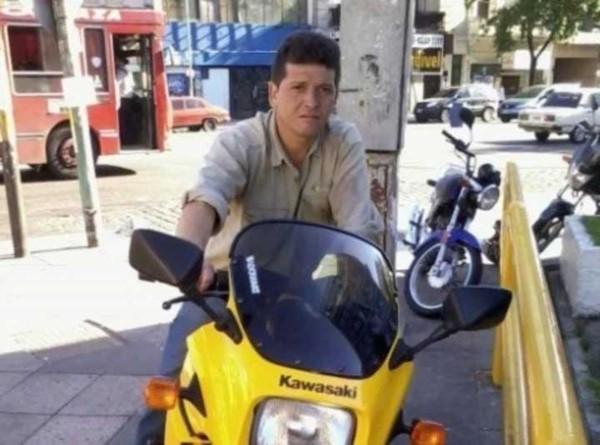 Lisandro Aranda Teves, de 47 años, circulaba en bicicleta junto a su hijo de 5.