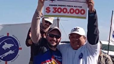 Vega se llevó el premio de 300 mil pesos con un chucho de casi 6 kilos.