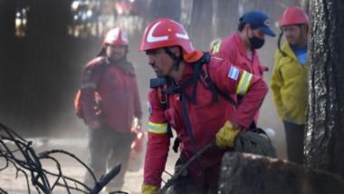 Incansables. Una postal de los Bomberos que siguen trabajando en la Comarca Andina para evitar que los focos calientes se reactiven y así eliminar todo riesgo de nuevos incendios.