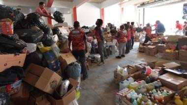 Así descargaban las donaciones provenientes de Comodoro Rivadavia y las apilaban en el galpón del Cuartel de Bomberos Voluntarios de El Hoyo. El trabajo continúa con intensidad.