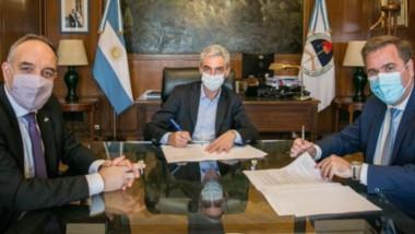 Pogliano firmó con el ministro de Transporte,  Mario Meoni, el convenio para construir la terminal.
