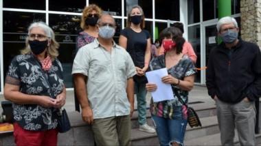Inquietos. La protesta de los jubilados en cuestión se realizó ayer en la Delegación Esquel de Seros.