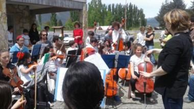 """La orquesta infnato juvenil """"Entre Montañas"""" de El Hoyo, compuesta por chicos y chicas de entre 6 y 21 años."""