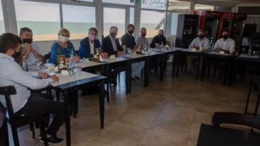 El encuentro entre distintos intendentes de Chubut se desarrolló en Playa Unión. Hubo una nutrida asistencia de mandatarios comunales.