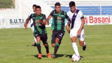 Mauricio Vera intenta desequilibrar a la defensa sanjuanina.