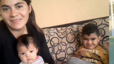 Belén Aguilar, en sus facetas de niñera de dos jóvenes infantes y de futbolista en Club Río Mayo.