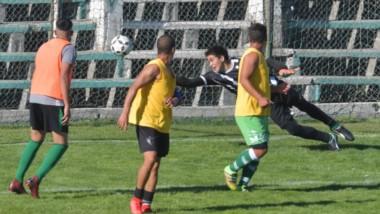 El gol de la Germinal, la constante de la tarde.  Germinal demolió a Dolavon en el amistoso jugado ayer.