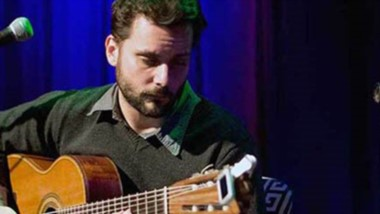 Emiliano Ferrer es guitarrista, oriundi d e BsAs. muy  activo en el ámbito musical de nuestra región.