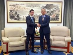 El embajador Sabino Vaca Narvaja jutno al director general del Departamento de América Latina y el Caribe del Ministerio de Relaciones Exteriores de China, Cai Wei.