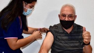 Todo bien. Uno de los adultos mayores que se anotó y se inmunizó.