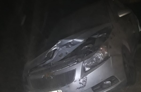 El Chevrolet Cruze era tirado porque estaba averiado. También sufrió destrozos por el vuelco de la camioneta.