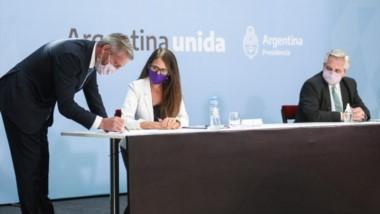 Estampa la firma. El gobernador Mariano Arcioni poniendo la firma al documento que fue ratificado por el resto de las provincias.