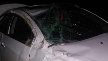 El vehículo Chevrolet Onix con daños visibles. Tripulantes, heridos.