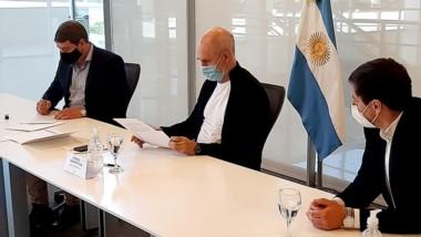 Damián Biss firmando el convenio junto a Horacio Rodríguez Larreta.