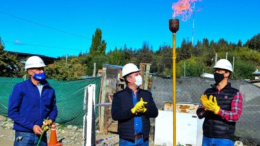 Obras son amores. Bruno Pogliano habilitó ayer el gas para familias del barrio Primavera.