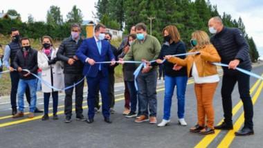 Honor. Alberto Weretilneck fue especialmente invitado a la inauguración del asfalto en Mallín Ahogado.