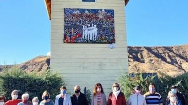 Imagen del mural del barrio Punta Canas de Esquel, junto a sus autores.