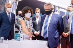 La ministra de Salud, Carla Vizzotti (c.), junto a la asesora presidencial, Cecilia Nicolini (izquierda) y el presidente de Laboratorios Richmond.