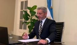 El gobernador siguiendo los anuncios mediante videoconferencia.