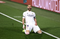 Benzema sigue imparable y marcó un doblete para el Madrid, puntero.