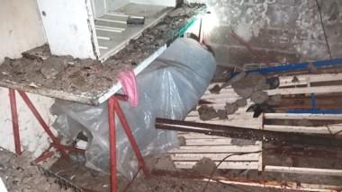 El techo de la casa ubicada en la calle Lago Rosario derrumbado.