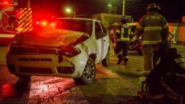 Momentos en que los bomberos al mando del comandante Cristian Otero, controlan la situación.