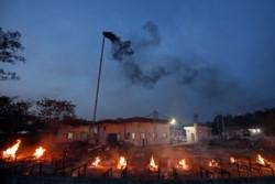 Piras colectivas para incinerar los cadáveres que se acumulan, en procura de reducir riesgos de contagio.