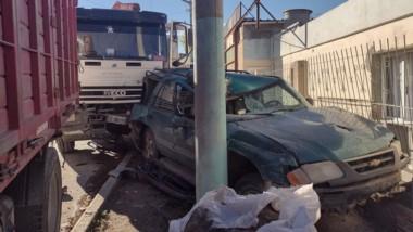 Una camioneta y otro camión sufrieron daños en la colisión de ayer.