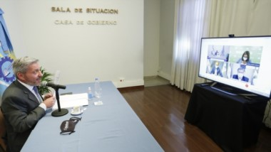 Medidas en común. El gobernador participando a través de videoconferencia con los gobernadores de la Patagonia para debatir estrategias.