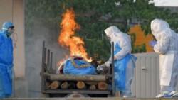 India recurrió a la incineración de cuerpos ante la falta de lugares para sepultarlos.