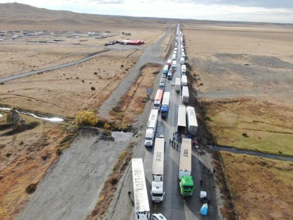 La larga fila de camiones varados del lado chileno, con mercaderías para Tierra del Fuego.