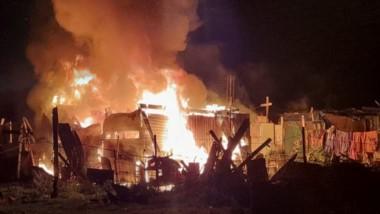 El siniestro sucedió en el barrio Costanera. La vivienda de chapa sufrió daños totales por el foco ígneo.