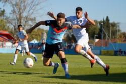 Mateo Acosta en acción. El exdelantero de Guillermo Brown y Deportivo Madryn marcó en la victoria del elenco de Adrogué.