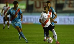 Nico De La Cruz, siempre activo: el uruguayo tuvo la primera de peligro ante Arsenal en Sarandí.