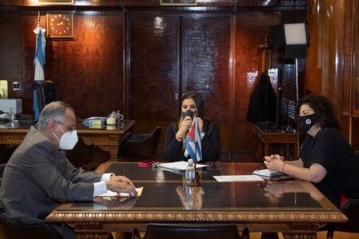 El cónsul cubano expresó la disposición de la Isla a colaborar en la lucha argentina contra la Covid-19.
