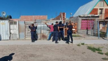 La aprehensión de los individuos se produjo en la esquina de las calles Moreno y Zarlach de Puerto Madryn.