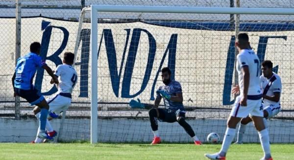 De un lateral, cayó el balón al área de Brown y el lateral Quiroz fusiló a Agüero.